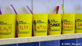 Die Zahnputzbecher mit den Namen der Kinder (Foto: DW)