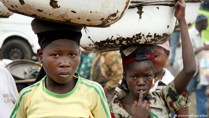 Junge Lastenträger Ghana (picture-alliance/dpa)