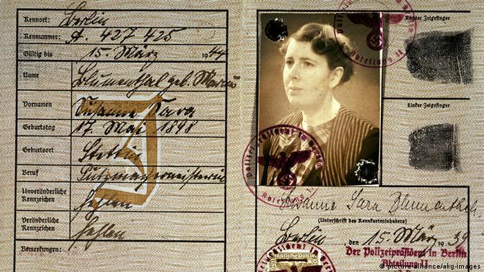 Judenverfolgung im Nationalsozialismus Kennzeichnung Pass (picture-alliance/akg-images)