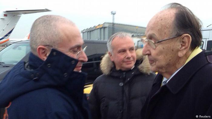 Michail Chodorkowski wird nach seiner Landung am Berliner Flughafen Schönefeld von Ex-Außenminister Hans-Dietrich Genscher empfangen (Foto: REUTERS/khodorkovsky.ru/Handout)
