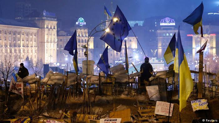 Pro-europäische Demonstranten stehen auf einer Barrikade nahe dem Maidan (Foto: Reuters)