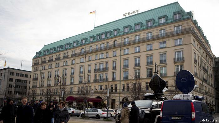 Übertragungswagen und Kamerateams stehen vor dem Hotel Adlon in Berlin (Foto: REUTERS/Axel Schmidt)