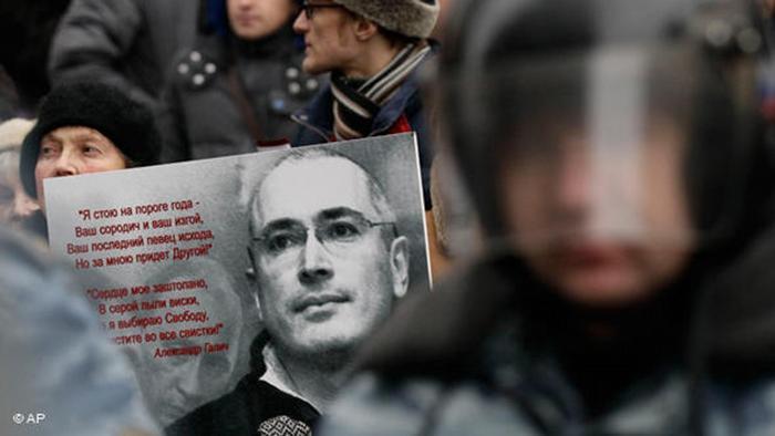 Ein Mann hält ein bei einer Pro-Chodorkowski-Demonstration ein Poster mit einem Foto des ehemaligen Öl-Tycoons und dem Gedicht Song of Exodus von Alexander Galich (Foto: AP Photo/Ivan Sekretarev)