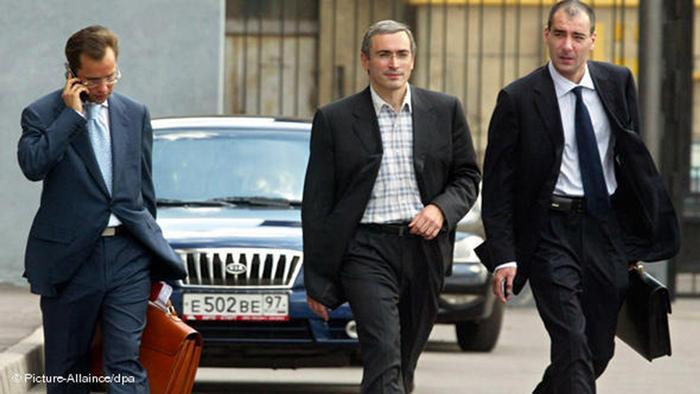 Der damalige Yukos-Vorstandschef Michail Chodorkowski verlässt 2003 das Büro des Generalstaatsanwalts in Moskau (Foto: dpa)