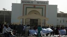 Titel: Niger/Niamey/Proteste/AREVA/Uran Wer hat das Bild gemacht?: Mahaman Kanta (DW Korrespondentin) Wann wurde das Bild gemacht?: 21.12.2013 Wo wurde das Bild aufgenommen?: Niamey / Niger Bild 1: Demonstranten vor dem Parlamentsgebäude in Niamey, Niger.