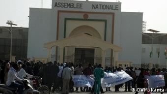 Proteste vor dem Parlament in Niamey (Foto: DW/Mahaman Kanta)