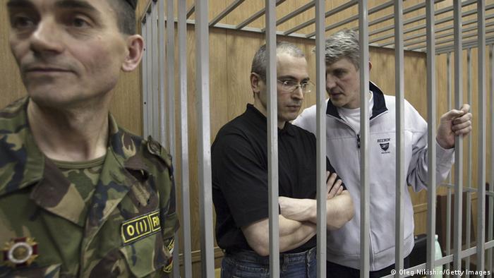 Chodorkowski und sein Geschäftspartner Platon Lebedew vor Gericht im Sommer 2004 (Foto: Oleg Nikishin/Getty Images)