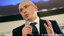 Michail Chodorkowski spricht am 22.12.2013 bei einer Pressekonferenz im «Mauermuseum am Checkpoint Charlie» in Berlin. Nach zehn Jahren Haft stellt sich der Kreml-Kritiker erstmals der internationalen Presse. Foto: Kay Nietfeld/dpa