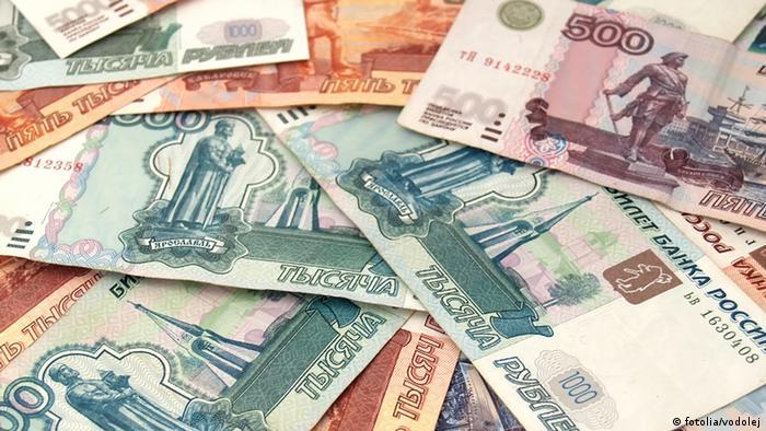 Купюры в 500, 1000 и 5000 российских рублей