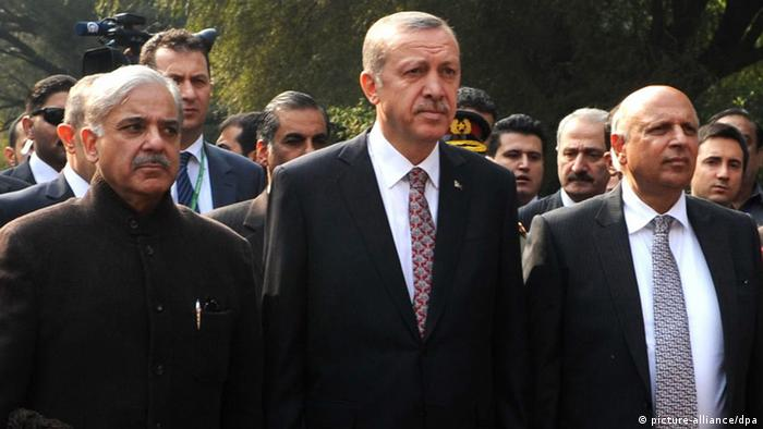 Turkish President Recep Tayyib Erdogan (C) poses for a photograph with Punjab Chief Minister Shahbaz Sharif (L) and Punjab Governor Chaudhry Muhammad Sarwar (R) during their visit to an Aitchison College in Lahore, Pakistan, 23 December 2013 (Photo: EPA/STR +++(c) dpa - Bildfunk+++)