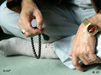Ein Moslem betet mit einer Gebetskette in der Hand (Foto: AP)