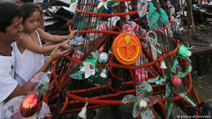 Philippinen Weihnachten Weihnachtsbaum Notunterkunft