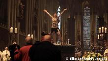 Vorfall im Kölner Dom: Femen-Aktivistin springt nackt vor Meisner auf Altar