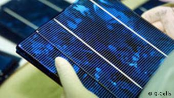 Gloved hands holding a solar cell © agenda/Huppertz