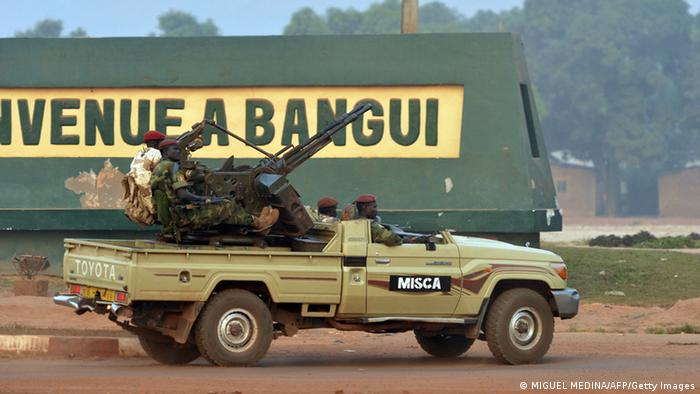 Soldiers sit on a jeep with a mounted gun on it (Foto: Miguel Medina/AFP/Getty Images)