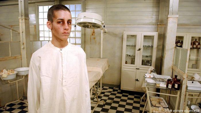 فیلم بیسرنوشت (محصول ۲۰۰۵)، که با الهام از رمانی از ایمره کرتس ساخته شده، نمونهای ناموفق و منفی از پرداختن به رویدادهای اردوگاههای مرگ است. این فیلم مجاری زندگی نوجوان ۱۴ سالهای در مجارستان جنگ جهانی دوم را روایت میکند که پس از اینکه به یک اردوگاه کار اجباری فرستاده میشود، دچار تحول میشود. به اعتقاد منتقدان تصاویر گاه رومانتیک این فیلم تماشاگر را گیج و سردرگم میکند.