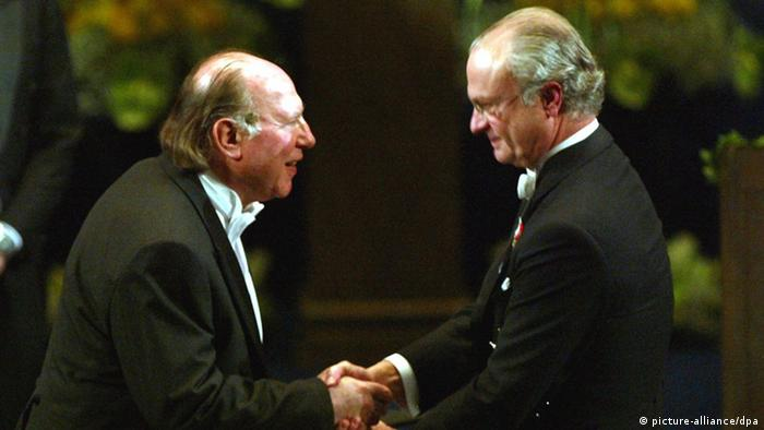 ایمره کرتس در هنگام دریافت جایزه نوبل ادبی در سال ۲۰۰۲