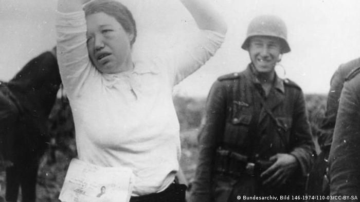 Німецькі солдати під час арешту радянської жінки. 1941 рік