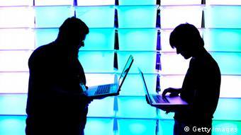 Zwei Silhouetten an Laptops (Foto: Patrick Lux/Getty Images)