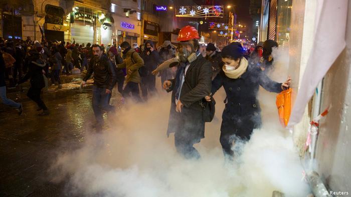 پلیس برای مقابله با تظاهرکنندگان در میدان تقسیم استانبول از گاز اشکآور، گلولههای پلاستیکی و ماشینهای آبپاش استفاده کرد