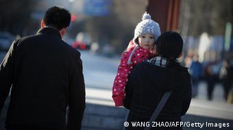 Eltern mit einem Kind auf dem Arm