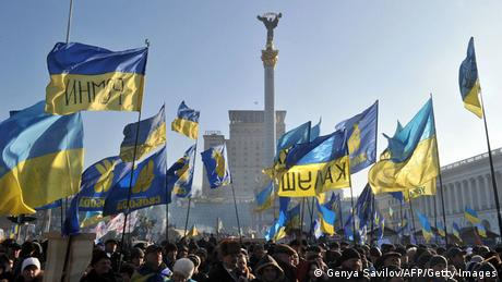 Demonstranten schwenken ukrainische Fahnen in Kiew am 29. Dezember 2013 (Foto: AFP/Getty Images)