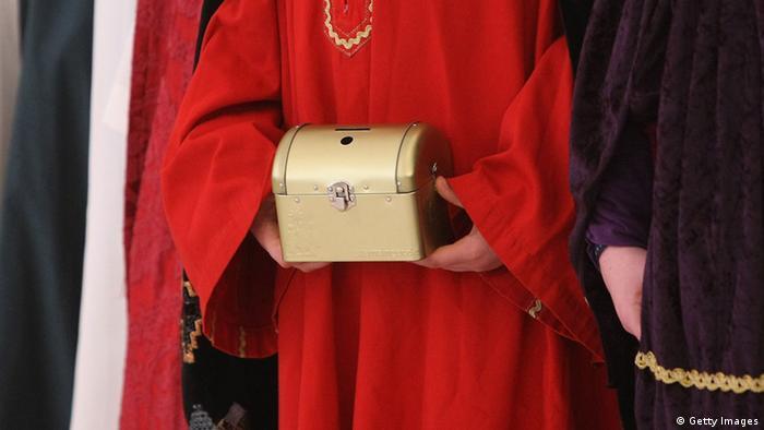 Sternsinger hält eine Sammelbüchse - Foto: Getty Images
