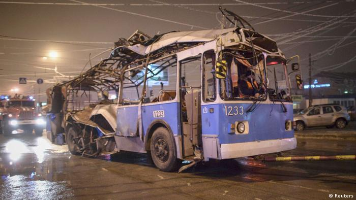 A bus, destroyed in an earlier explosion, is towed away in Volgograd (photo: REUTERS/Sergei Karpov)