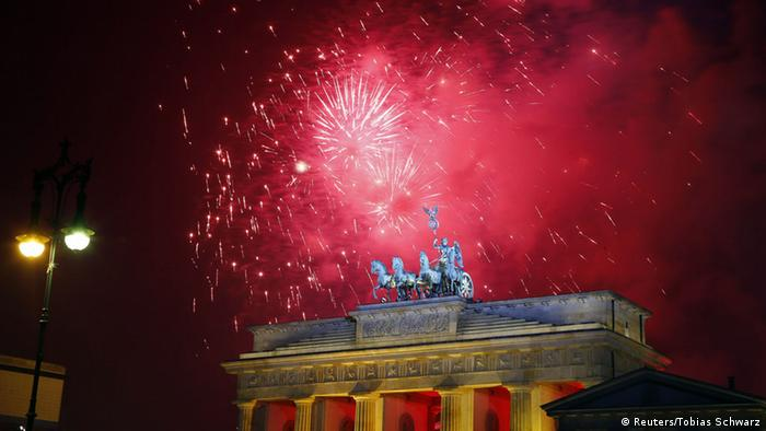 Silvesterfeuerwerk am Brandenburger Tor in Berlin (Reuters/Tobias Schwarz)