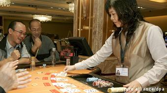 Makao - Dealers undergo training at the 'MGM Grand Macau' casino, in Macau, China, 13 December 2007. When the casino opens its doors to the public on 18 December 2007 it will be the latest casino to open in the ex-Portuguese enclave that has seen explosive growth in its gaming sector since it was liberalized in 2002. It will also mark the third American gaming operator to enter he increasingly crowded casino industry in Macau, (after the Las Vegas Sands Corporation and Wynn Resorts). The 'MGM Grand Macau' is a joint venture between MGM Mirage and Macau local partner Pansy Ho, daughter of Macau casino kingpin Stanley Ho, and the total project cost 1.25 billion US dollars to build. (Photo: EPA/ALEX HOFFORD +++(c) dpa - Report+++)