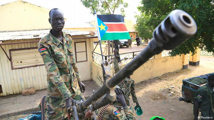 A South Sudan soldier standing with a machine gun 30.12.2013 (Reuters)