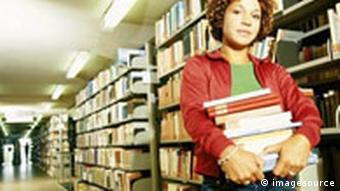 Studieren Frau in der Bibliothek p178