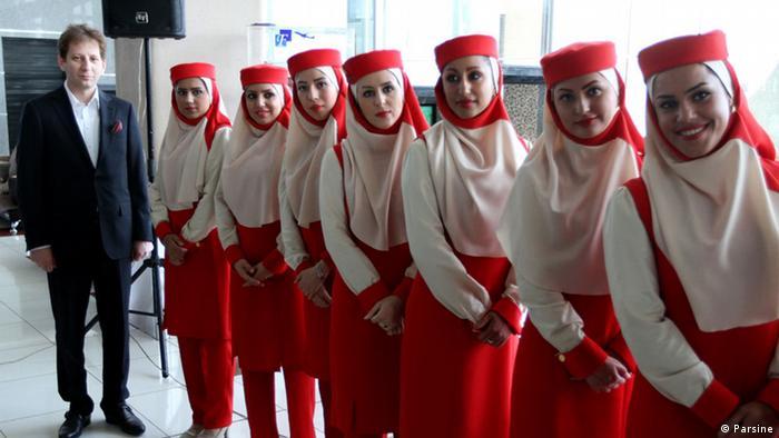 Babak Zanjani mit Flugbegleitern