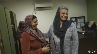 Smile Again founder Musarrat Misbah (right) with employee Sabira Sultana (left). (Photo: Shadi Khan Saif / DW)