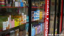 Kosmetik in einem Laden in Swasiland - In einem Schaufenster stehen Kosmetikdosen, darunter Bleichcremes *** Swasiland, Oktober 2013 *** Fotograf: Brigitte Osterath, DW