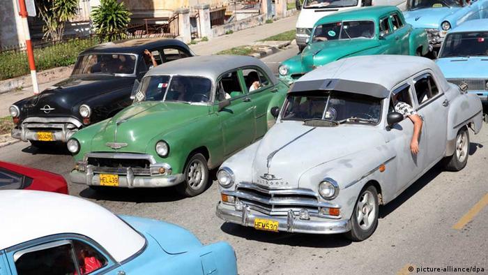 Autos der Hersteller Oldsmobile, Chevrolet und Plymouth stehen im Januar 2012 im kubanischen Havanna nebeneinander in einem Verkehrsstau (Foto: Friso Gentsch/dpa)