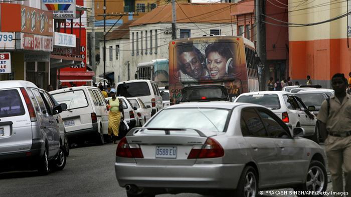 Strassenszene mit japanischen Klein- und Mittelklassewagen, aufgenommen im Jahr 2007 auf Jamaika (Foto: PRAKASH SINGH/AFP/Getty Images).