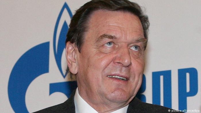 Герхард Шрёдер на фоне логотипа Газпрома