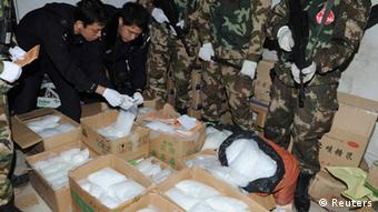 Riesen Drogen-Razzia in China - Paramilitary policemen carry seized crystal meth at Boshe village, Lufeng, Guangdong province, December 29, 2013. Police in the southern Chinese province of Guangdong have seized nearly three tonnes of the drug crystal methamphetamine and arrested 182 people in raids on a village notorious for producing narcotics. Picture taken December 29, 2013. REUTERS/Stringer (CHINA - Tags: CRIME LAW DRUGS SOCIETY TPX IMAGES OF THE DAY) CHINA OUT. NO COMMERCIAL OR EDITORIAL SALES IN CHINA