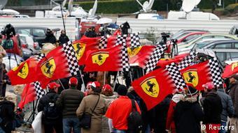 Schumacher-Fans zeigen Unterstützung für ihr Idol. (Foto: Reuters)