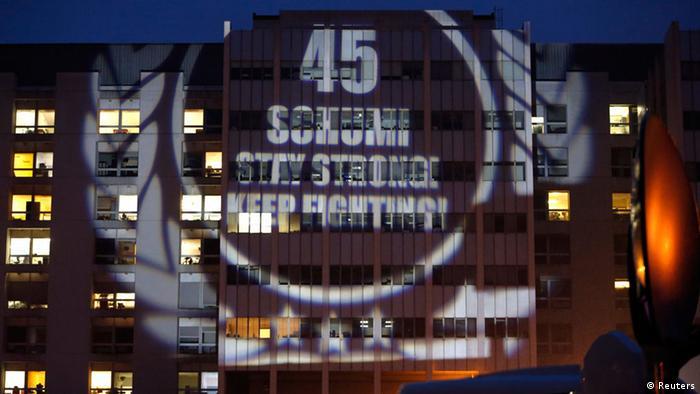 Gratulation zum Geburtstag Schumachers auf eine Wand der Klinlik projiziert (Foto: Reuters)