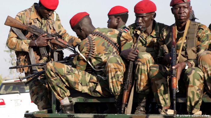 A heavily armed group of soldiers in South Sudan (picture-alliance/dpa)