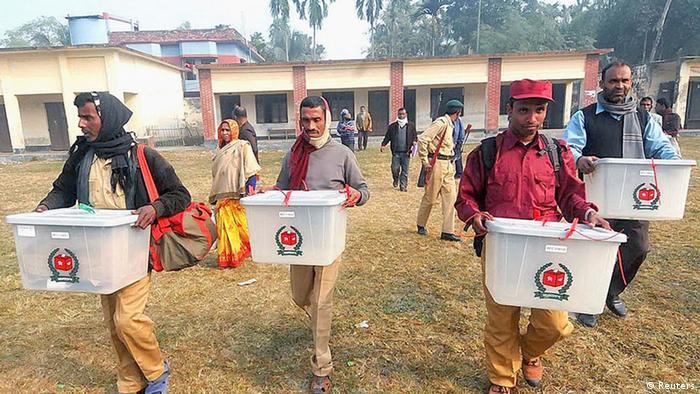 Aus Angst vor einem Übergriff auf ihr Wahllokal bringen Wahlhelfer Stimmurnen in Sicherheit (Foto:REUTERS)