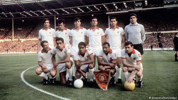 Mannschaftsfoto des portugiesischen Fußballmeisters Benfica Lissabon am 29.05.1968 im Londoner Wembleystadion vor dem Finale im Europapokal der Landesmeister gegen Manchester United (Foto: dpa)