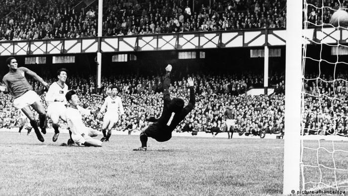 Portugals Stürmer Eusebio überwindet den nordkoreanischen Torhüter Ri Chan Myung im WM-Viertelfinale am 23.7.1966 im Liverpooler Anfield Road-Stadion (Foto: dpa)