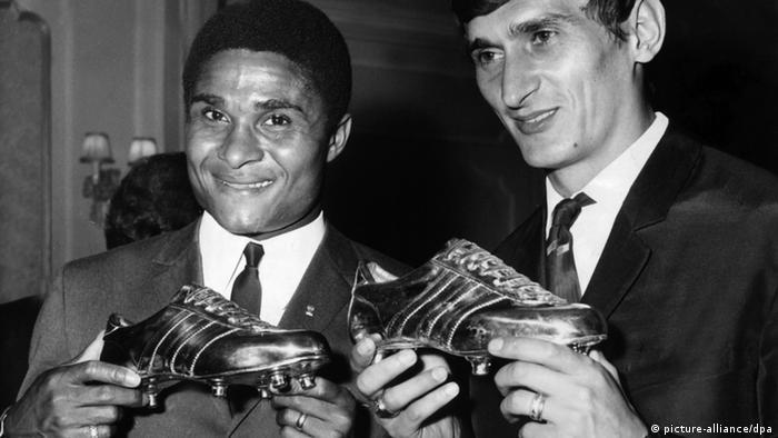 Der Portugiese Eusebio und der Ungar Dunai erhalten am 16.09.1968 in Paris den Goldenen Schuh und den Silbernen Schuh als Europas beste Torjäger des Jahres (Foto: dpa)