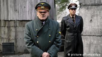 Bruno Ganz als Adolf Hitler und Heino Ferch als Reichsarchitekt Albert Speer in einer Szene des Kinofilms Der Untergang (Foto: picture alliance/dpa)