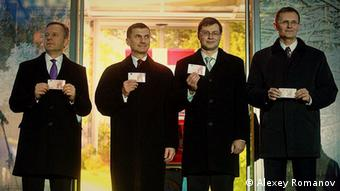Участники акции, приуроченной к введению евро