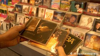 Hände halten CDs aus dem Jahr 2004 (Foto: imago/teutopress)