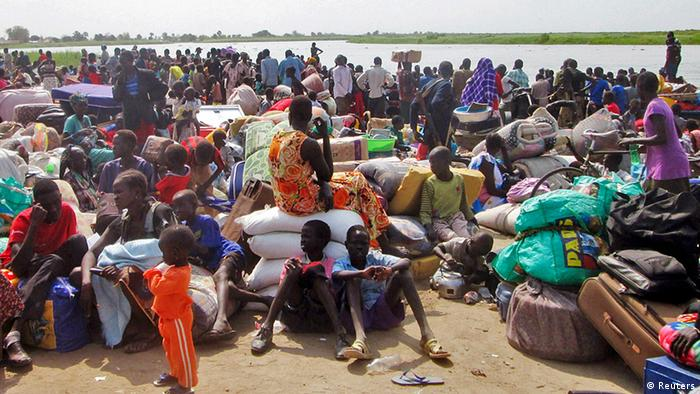 People displaced from fighting between the South Sudanese army and rebels, wait for boats to cross the Nile River, in Bor town (photo: Reuters).